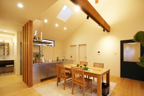 オーダーステンレスキッチンと山型天井